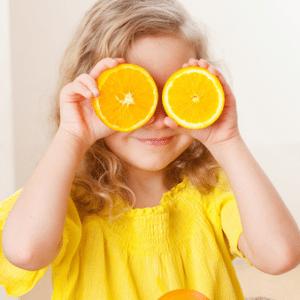 ילדה עם תפוזים