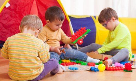 ילדים משחקים על הרצפה
