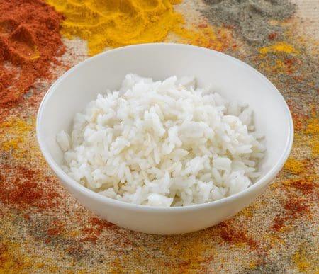 אורז לבן מלא חלקית בקערה