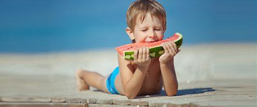 ילד אוכל אבטיח
