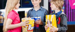 ילדים עם מארזים גדולים של פופקורן