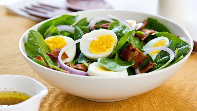 צלחת עם ביצה קשה וירקות
