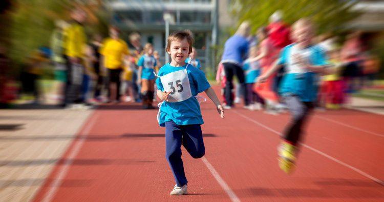 ילד רץ על מסלול