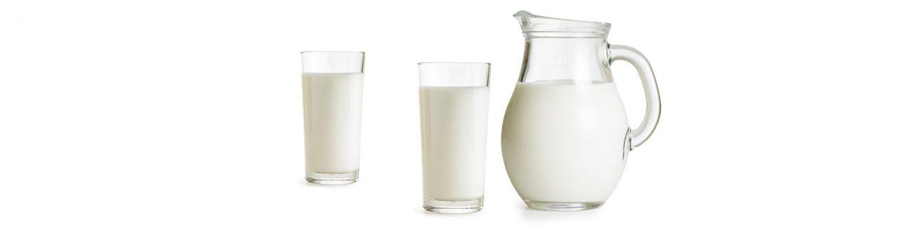 תמונה של כד חלב וכוסות חלב