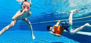 ילדים צוללים בבריכה