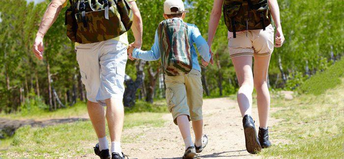 טיול רגלי משפחתי - הורים וילד