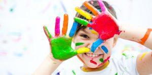 ילדה מרוחה עם צבעי גואש