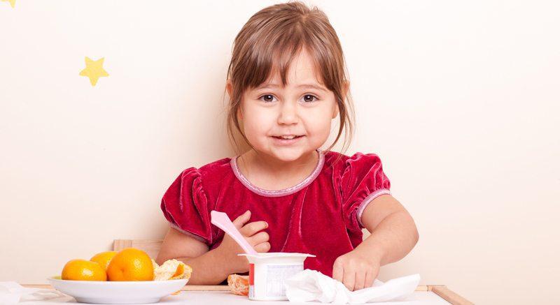 ילדה אוכלת מעדן חלב