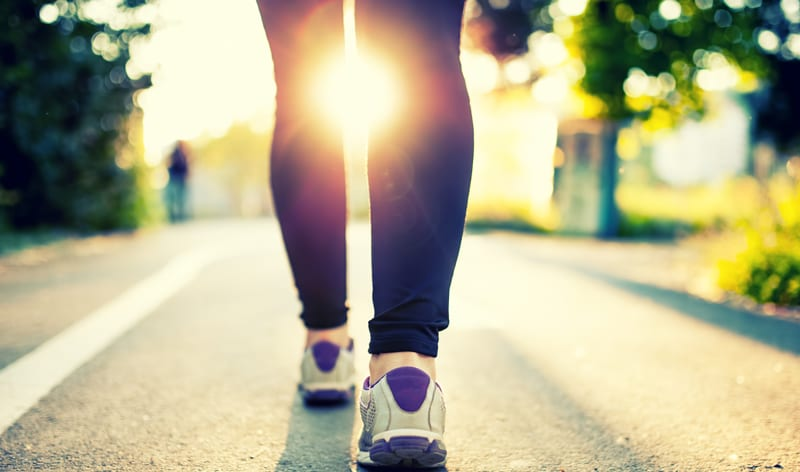 רגליים של אישה ההולכת על מדרכה