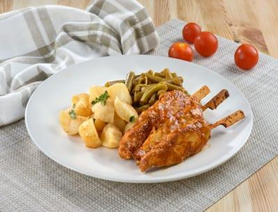 צלחת עם שיפודי עוף, תפוחי אדמה ואפונה