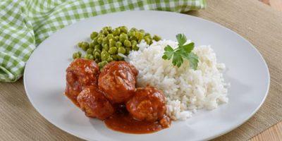 קציצות עוף ברוטב עגבניות עם אורז ואפונה