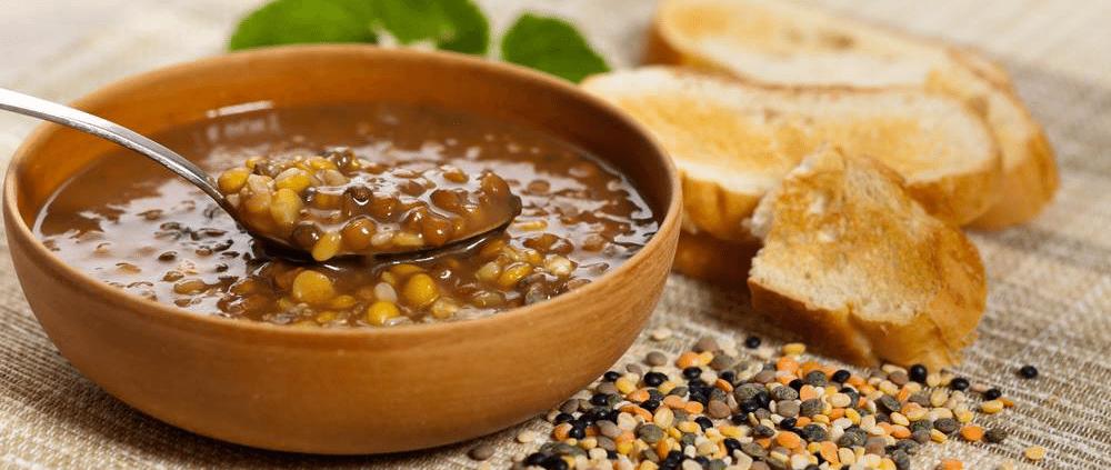 מרק עדשים עם טוסט ליד