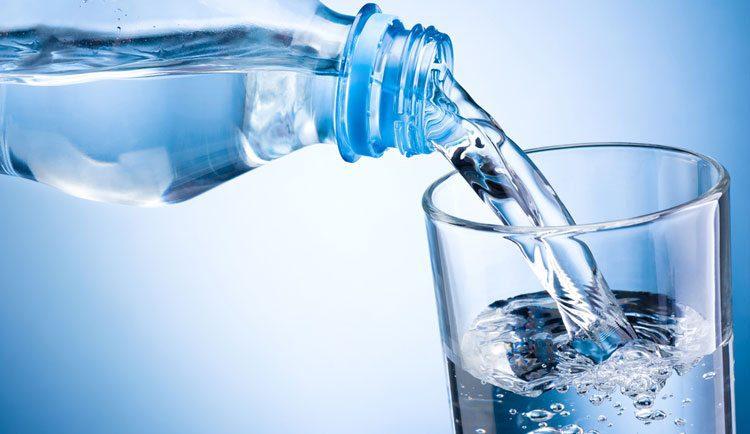 מזיגת מים לכוס