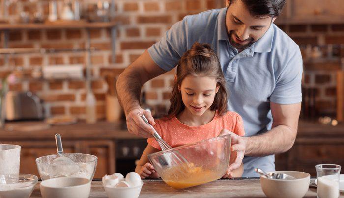 אבא ובת מכינים אוכל