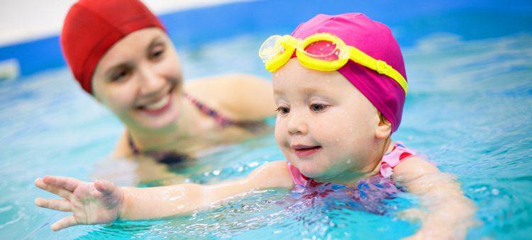 תינוקת ואמא בבריכה