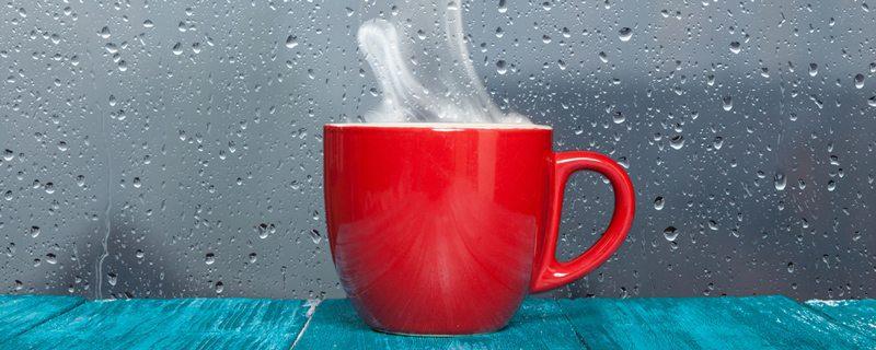 כוס תה מהביל על עדן החלון