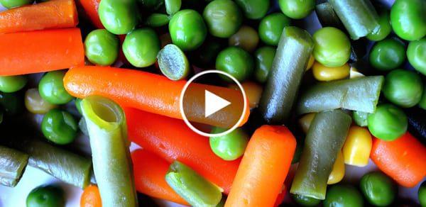 כפתור פליי על רקע לקט ירקות