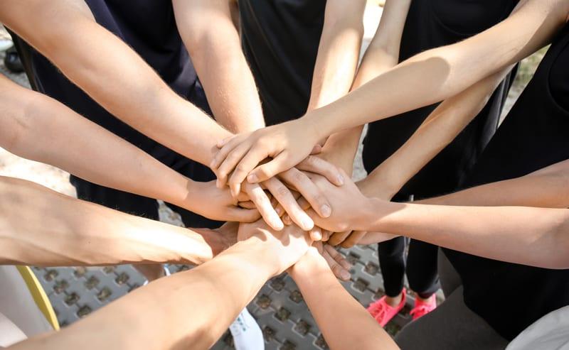 ילדים שמים ידיים