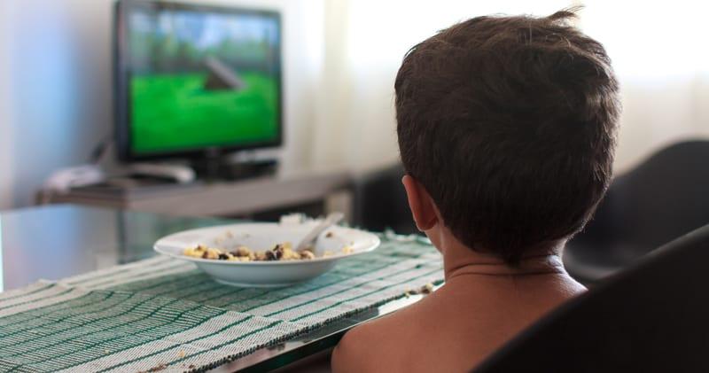 ילד אוכל מול הטלוויזיה