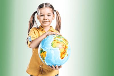 ילדה מחזיקה גלובוס על רקע ירוק