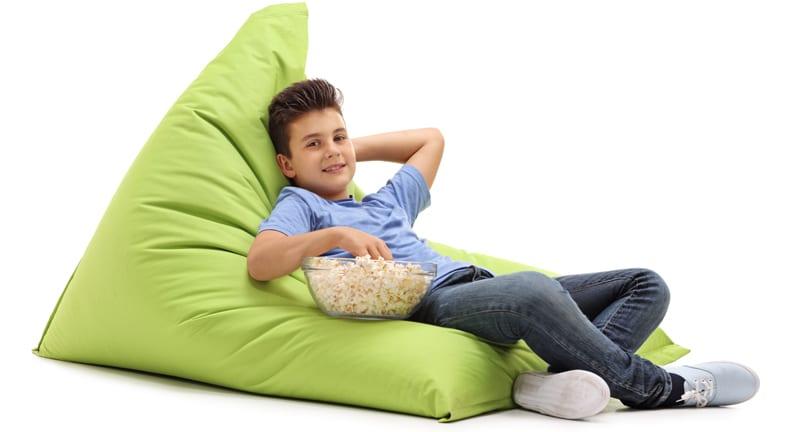 ילד משועמם עם קערת פופקורן