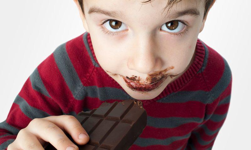ילד אוכל שוקלד