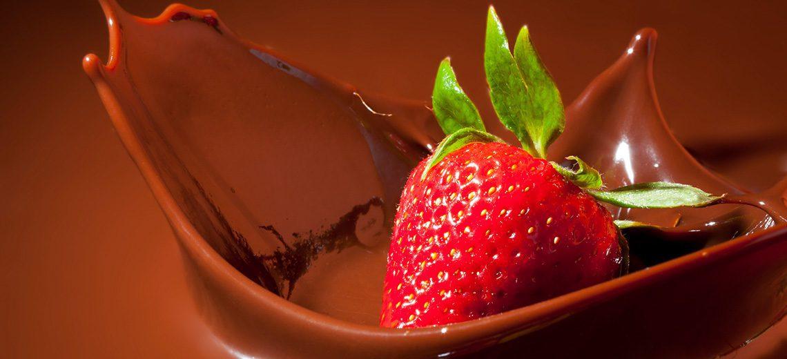 תות בתוך שוקולד נוזלי